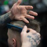 Zo knip je het haar van je man, vriend, of zoon